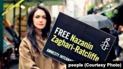 نازنین بنیادی از فعالان حقوق بشر است و در این عکس او خواستار آزادی نازنین زاغری از ایران است.