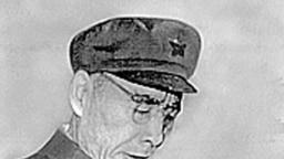 """法新社的照片說明是""""圖為中國國家主席毛澤東(左)和政治領導人林彪1971年7月29日在北京微笑。""""但此圖更像是此前毛澤東和林彪在天安門城樓上的照片。 筆者用""""谷歌圖片檢索""""查找此圖,但谷歌顯示沒找到。"""