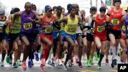 De guache à droite: Yemane Adhane Tsegay d'Ethiopie, Tadese Tola d'Ethiopie, Meb Keflezighi de San Diego, Lelisa Desisa d'Ethiopie, Danthan Ritzenhein, de Rockford, Mich., et Matt Tegenkamp de Portland, Ore, se lancent dans la cours sur la ligne de départ au Marathon de Boston, le 20 avril 2015