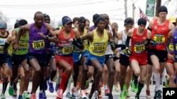 Dari kiri, Yemane Adhane Tsegay dari Ethiopia, Tadese Tola dari Ethiopia, Meb Keflezighi dari San Diego, Lelisa Desisa dari Ethiopia, Danthan Ritzenhein, dari Rockford, Michigan, and Matt Tegenkamp dari Portland, Oregon, memulai Marathon Boston, Senin pagi (20/4) waktu setempat.