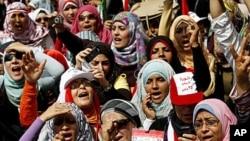 图为埃及的妇女在开罗游行时呼喊口号资料照