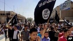 حمایت گروهی از مردم موصل، شمال عراق، با حمل پرچمهای داعش و سردادن به نفع آن گروه شعار – ۲۶ خرداد ۱۳۹۳