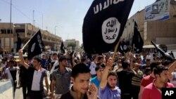 Những người biểu tình thân nhóm tranh đấu Hồi giáo ISIL có liên hệ với al-Qaida đem theo cờ tới trước các trụ sở chính phủ ở Mosul, cách thủ đô Baghdad 360 km về hướng tây bắc, 16/6/2014