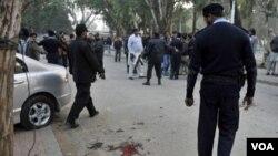 Polisi Pakistan mengamankan lokasi kejadian pembunuhan Gubernur Provinsi Punjab yang ditembak salah seorang pengawal keamanannya.