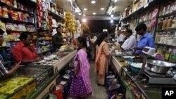 Các đảng đối lập phản đối quyết định của chính phủ mở cửa khu vực bán lẻ cho các siêu thị nước ngoài.