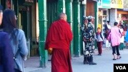 在距离洞朗不远的印度城市大吉岭,街头偶尔可见来自不丹的喇嘛。(美国之音朱诺拍摄,2016年10月20日)