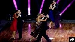 """Parejas compiten en la categoría """"salón"""" en el Mundial de Tango 2017 en Buenos Aires, Argentina, el martes, 22 de agosto de 2017."""