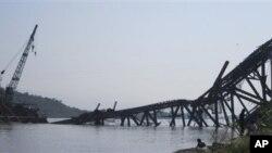 Sebuah jembatan yang sedang dibangun melintasi sungai Irrawaddy, di Burma terlihat ambruk pasca gempa berkekuatan 6.8 mengguncang wilayah tersebut, Minggu (11/11).