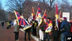 白宮外面有許多人士舉行示威,抗議中國當局破壞人權