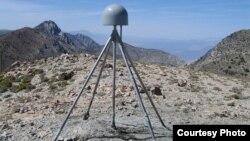 Una estación de GPS como esta en las montañas de California han hecho las mediciones precisas del levantamiento de la tierra.