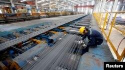Nhân viên kiểm tra chất lượng thép tại nhà máy thép Hòa Phát ở tỉnh Hải Dương.
