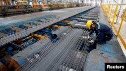 Công nhân kiểm tra chất lượng sản phẩm tại một nhà máy thép ở Hải Dương.