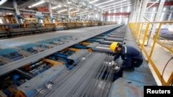 Tư liệu - Một công nhân làm việc trong nhà máy thép Hòa Phát ở tỉnh Hải Dương, Việt Nam, ngày 14 tháng 6, 2016.