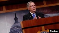 Pemimpin mayoritas Senat Mitch McConnell berbicara kepada media di gedung Capitol di Washington, DC Jumat (7/4).