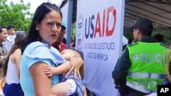 La entrega de montos millonarios ofrecidos por países como EE.UU. y naciones europeas no han podido entrar a Venezuela, debido en parte a que el gobierno en disputa de Nicolás Maduro no acepta que existe una crisis humanitaria el el rico país petrolero.