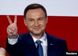 Ông Andrzej Duda, ứng cử viên tổng thống của Đảng Luật pháp và Công lý (PiS), giơ dấu hiệu chiến thắng.