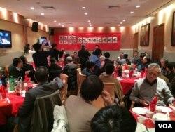 纽约的民运人士、知识界人士数十人欢送贡嘎扎西(美国之音 方冰拍摄)