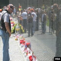 Na zidu spomenika žrtvama Vijetnamskog rata su ispisana imena svih poginulih američkih vojnika