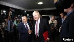 ဘဂၤလားေဒ့ရွ္ႏုိ္င္ငံျခားေရးဝန္ႀကီး Mahmood Ali ႏွင့္ လက္ဆြဲ နႈတ္ဆက္ေနသည့္ Boris Johnson (ယာ)။ ၉ ေဖေဖာ္ဝါရီ ၂၀၁၈။