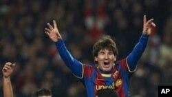 El Matador. Leonel Messi festejado pelos seus companheiros