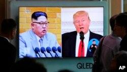 Tổng thống Mỹ Donald Trump và lãnh tụ Bắc Hàn Kim Jong Un trên truyền hình của Hàn Quốc tại một ga tàu ở Seoul hôm 21/4. Theo nguồn tin của CNN, ông Kim đã đồng ý gặp mặt Tổng thống Trump tại khu phi quân sự trên bán đảo Triều Tiên.