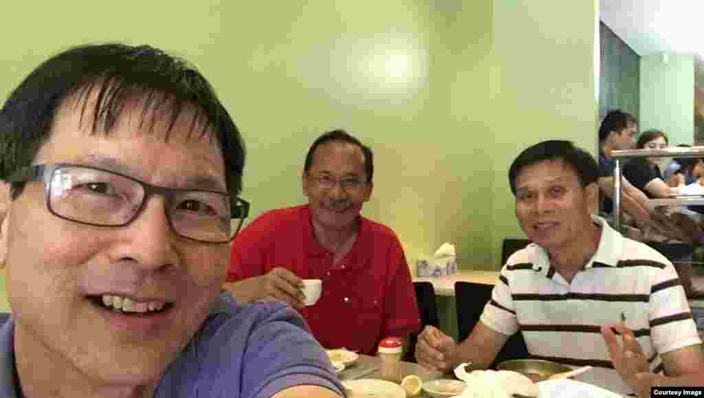 Với các anh Thái Hòa (phải) và Hoàng Ngọc Tuấn trong quán nhậu ở Phố Việt Cabramatta. (Ảnh: Bùi Văn Phú)