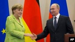 លោកប្រធានាធិបតីរុស្ស៊ី Vladimir Putin ចាប់ដៃលោកស្រីអធិការបតីអាល្លឺម៉ង់ Angela Merkel បន្ទាប់ពីកិច្ចប្រជុំមួយនៅក្នុងក្រុង Sochi ប្រទេសរុស្ស៊ី កាលពីថ្ងៃទី២ ខែឧសភា ឆ្នាំ២០១៧។