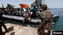 Les garde-côtes récupèrent de migrants sauvés en mer, Tripoli, Libye, 6 mars 2017.