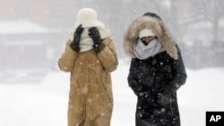 2015年1月27日,美国马萨诸塞州波士顿降临一场暴风雪,行人们裹得严严实实在外面艰难行走。