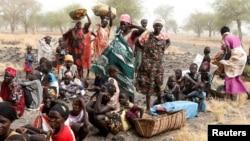 南蘇丹婦女等待醫生無國界組織提供的醫療