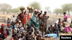 南苏丹妇女等待医生无国界组织提供的医疗