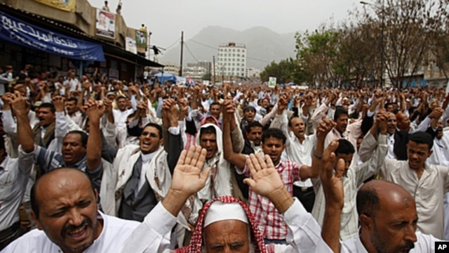 Anti-government protesters shout slogans during a rally held after the weekly Friday prayers to demand the ouster of Yemen's President Ali Abdullah Saleh in the southern city of Taiz, July 8, 2011