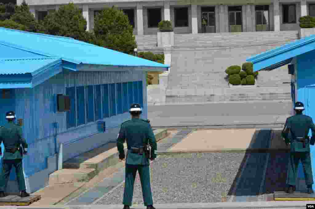 Three South Korean soldiers looking into North Korea, April 17, 2013. (VOA/S. Herman)