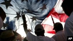 Los inmigrantes hispanos en EE.UU. prefieren hablar español, pero piensan que el inglés es muy importante para desarrollarse.