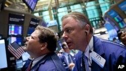 紐約股市的交易員正觀察市場交易情況(資料圖片)