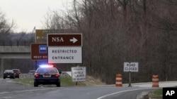 一輛警車停在一個指向通往美國國安局的被關閉的路口上(資料照片)