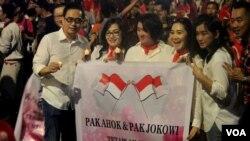 Peserta aksi 1.000 Lilin untuk NKRI di Jalan Pahlawan, Surabaya, Jumat. (VOA/Petrus).