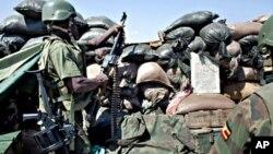 Walinda amani wa Umoja wa Afrika Somalia AMISOM wakilinda jengo moja la serikali mjini Mogadishu.