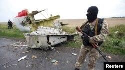 Separatis pro-Rusia menjaga lokasi jatuhnya pesawat Malaysia Airlines MH17 di Donetsk, Ukraina timur (18/7).