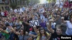 Ratusan warga memprotes kebijakan langkah penghematan pemerintah Spanyol di Madrid (13/7).