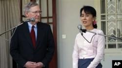 图为美国参议员麦康纳尔1月16日在仰光面见昂山素姬
