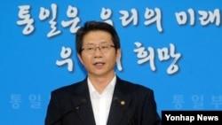 류길재 한국 통일부장관이 28일 종로구 세종로 정부서울청사에서 개성공단 및 인도적 지원 관련 성명을 발표하고 있다.