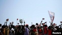 Warga di Abyei melambaikan bendera Sudan Selatan saat diumumkan hasil referendum Kamis (31/10).