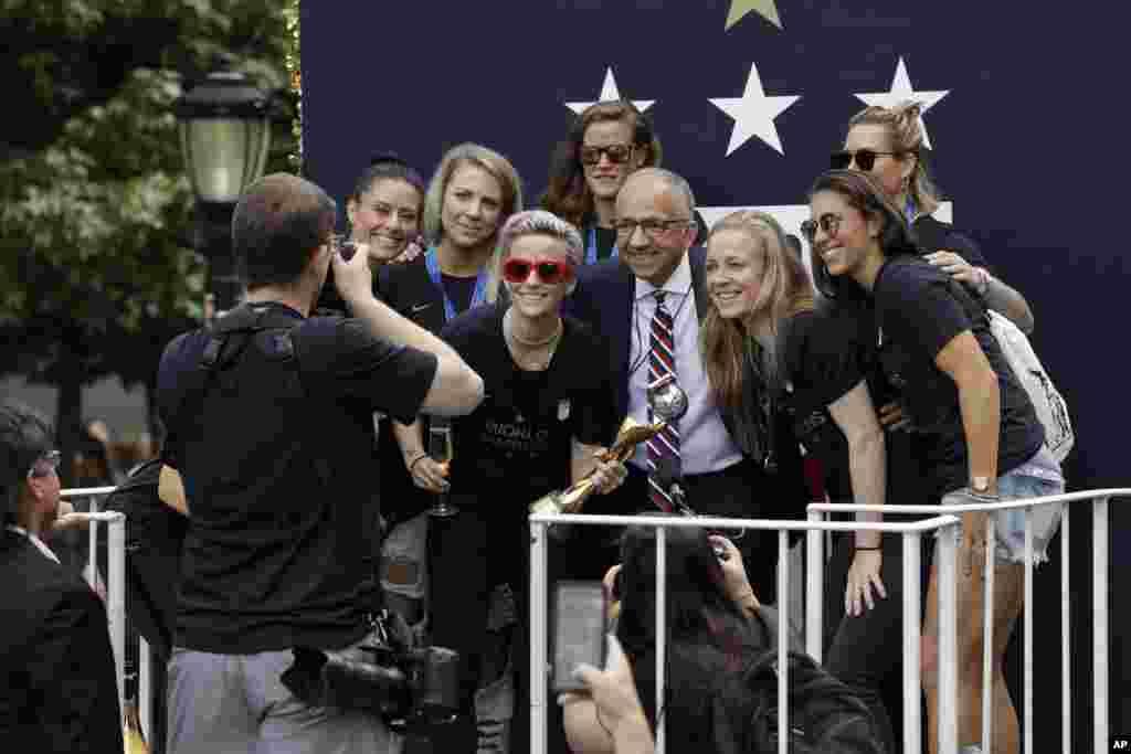 رژه قهرمانها؛ برخی از اعضای تیم ملی فوتبال زنان آمریکا بعد از چهارمین قهرمانی جام جهانی در نیویورک با «کارلوس کوردیرو» رئیس فدراسیون فوتبال ایالات متحده عکس یادگاری میگیرند.