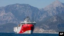 Kapal penjelajah Turki, Oruc Reis, berlabuh di Mediterania, di lepas pantai Antalya, Turki, 24 Juli 2020.(Foto: dok).