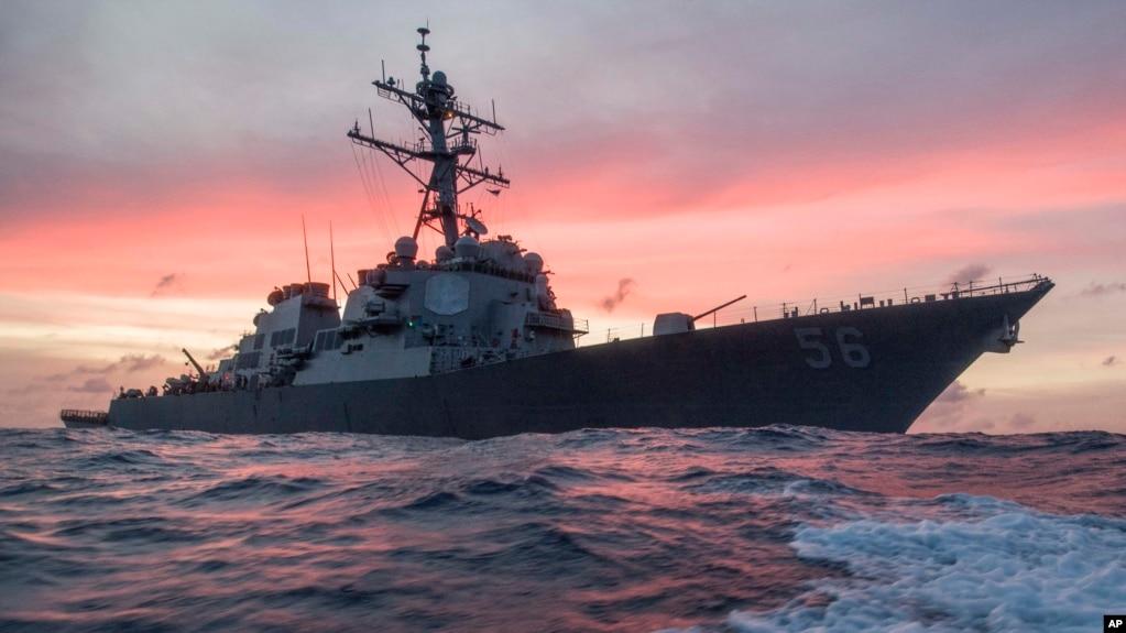 Tư liệu: Tàu hải quân Mỹ USS John S. McCain, một tàu khu trục có tên lửa dẫn đường, trong các vùng biển ở phía Đông Singapore và Eo biển Malacca ngày 22/1/2017. (James Vazquez/U.S. Navy via AP)