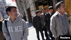 Du khách từ Trung Quốc đi mua sắm dọc Ðại lộ số 5 ở New York. Hồi đầu năm nay, Phó Thủ tướng Trung Quốc nói hình ảnh của Trung Quốc bị tổn hại vì điều mà ông gọi là 'cách cư xử thiếu văn minh của khách du lịch Trung Quốc'.