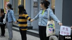 10月6日,50多名参与者站在纽约曼哈顿的一条街上,他们手拉手筑成人链,支持中国米兔运动。