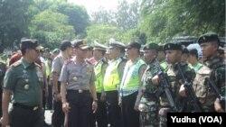 Pangdam IV Diponegoro dan Kapolda Jawa Tengah memeriksa kesiapan aparat keamanan menjelang pernikahan putri Presiden Jokowi, Kahiyang Ayu. (Foto: Yudha)