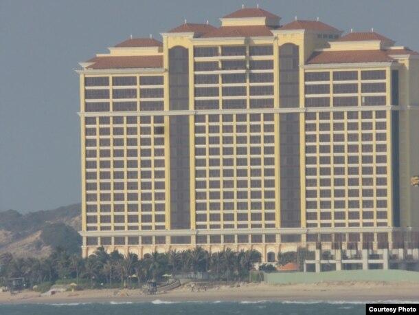 Người TQ sẽ còn xây dựng nhiều toà pháo đài như thế này dọc theo hơn 2,2km bờ biển án ngữ mặt phía Đông của Sài Gòn. Ảnh: Lê Anh Hùng